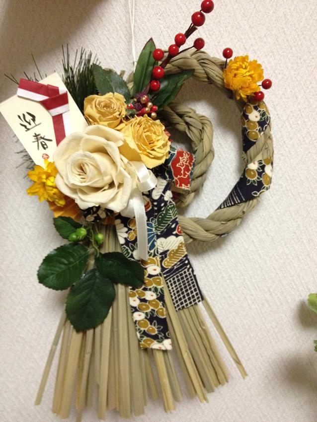 白色と黄色の薔薇、葉っぱにプリザーブドフラワー