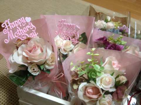 母の日のプレゼントと一緒に贈るアートフラワーのミニ花束♫