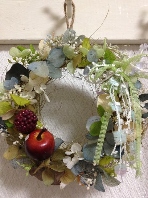 リンゴと色々な色のアジサイを使ったプリザーブドフラワーリース