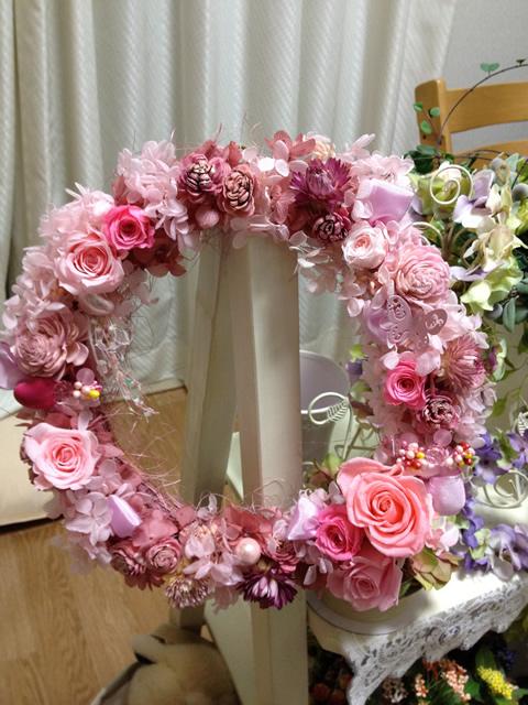 ピンクの豪華な特大フラワーリース