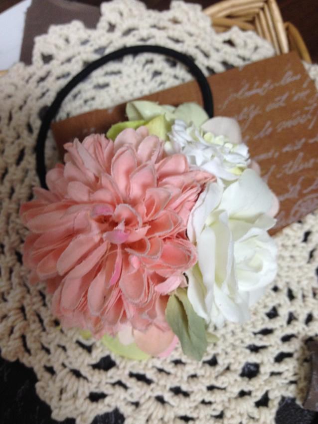 ピンクの可愛いお花を使ったヘアゴム