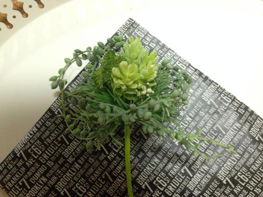 花材をラッピングシートで包む