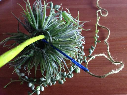 茎とハーブボールを麻ひもで固定