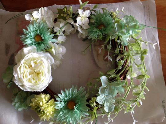 1.まず、完成をイメージしてリースにお花を並べてみる