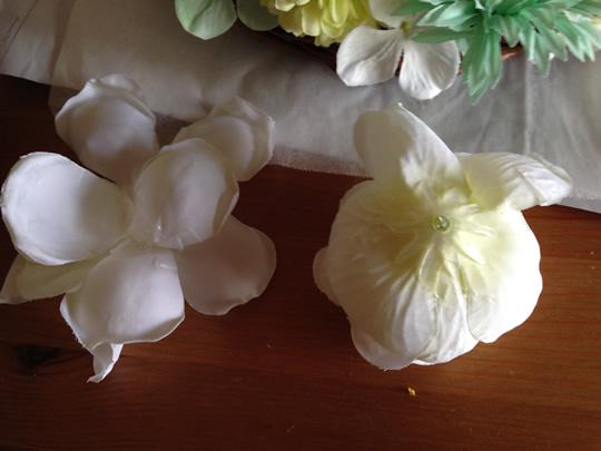 2.オールドローズが少し大きいので、花から数枚の花びらをとっておきます