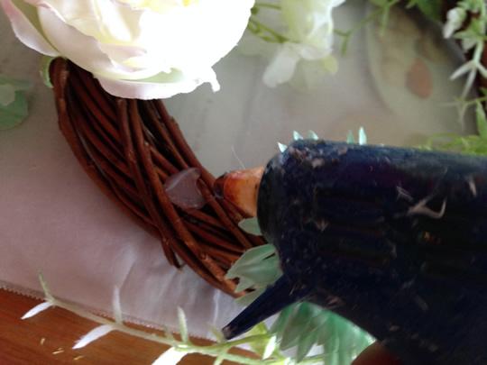 3.花をリースにつける1