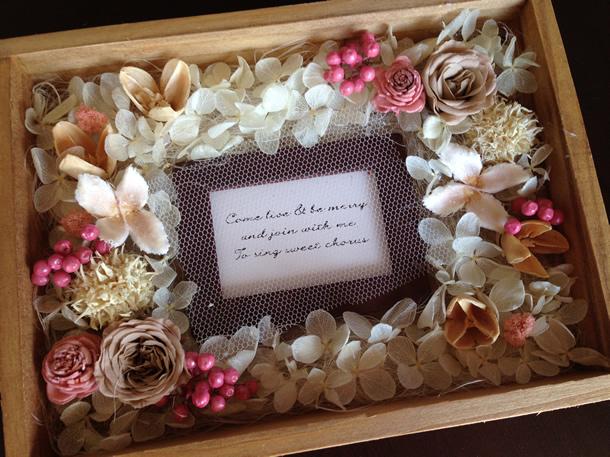 プリザーブドフラワーで木製ボックスをプレゼントアレンジ