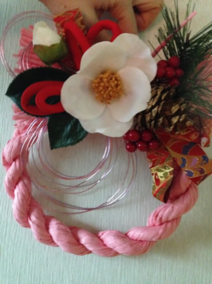 女性の一人暮らしにもぴったりのおしゃれなピンクのカラーしめ縄