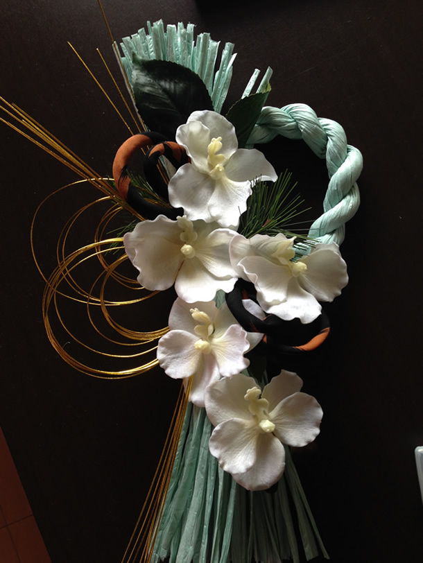 アートフラワーの胡蝶蘭を使った豪華なしめ縄