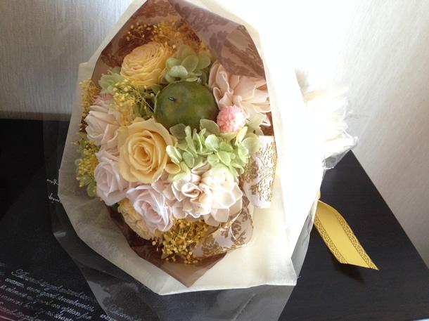 黄色がメインの花束(正面)