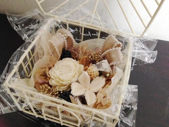 ミニハウス型の花器を使ったプリザーブドフラワーアレンジメント(花材を取り付ける)