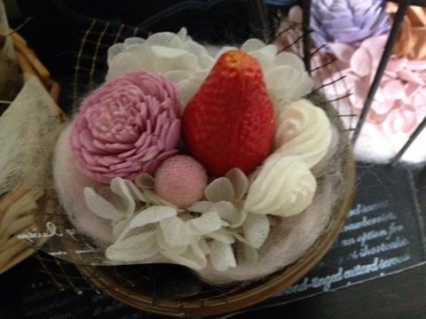 小さなカップに羊毛をまいたフラワーアレンジ2