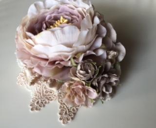 グレーとアンティークピンク色の小花、ベージュのレースが控えめな華やかさをプラス