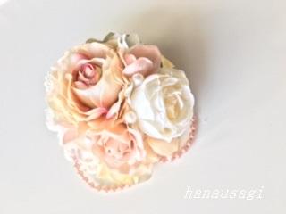 ホワイトとピンクベージュ色は爽やかな色合いの組み合わせのコサージュ