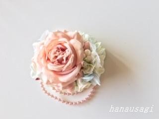 ピンクベージュのお花をメインに使ったコサージュ